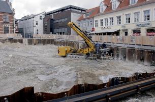 Arbejdet med at fæstne spundsvæggene på Store Torv. Foto: Klaus Madsen