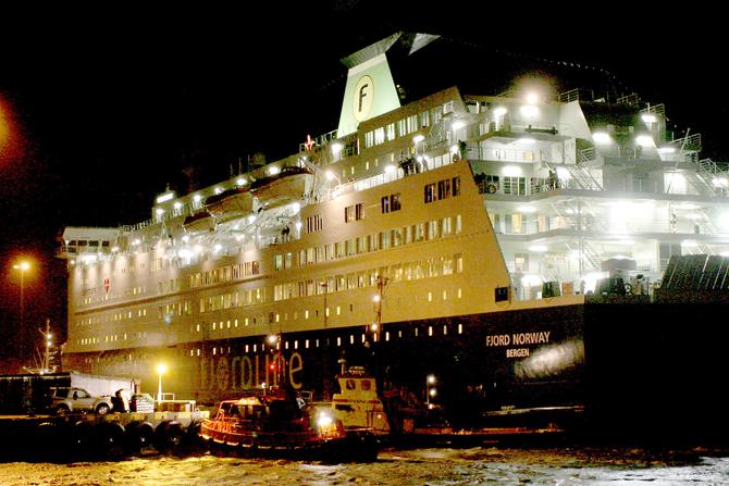 Fjord Norway. Lodsbåden og bugserbåden Svend ved færgens agterende. Tekst: Jens Fogh Andersen Foto: Klaus Madsen 201203