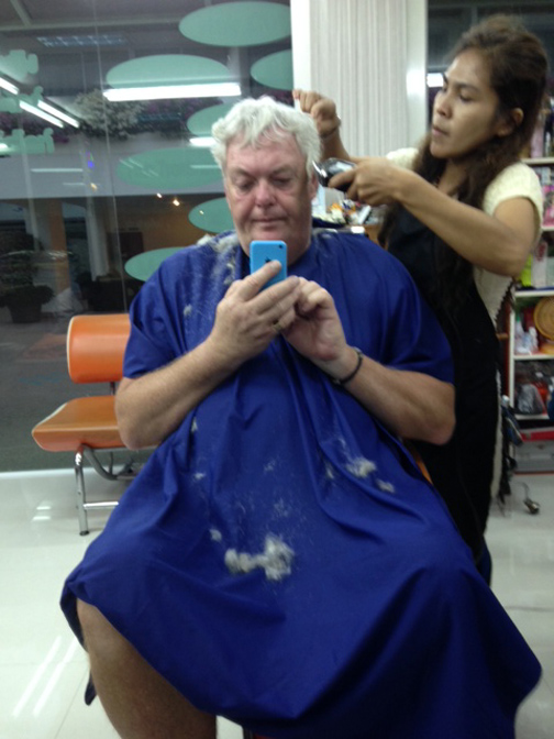 De efterhånden grå lokker trimmes i en frisørsalon på Mallorca.