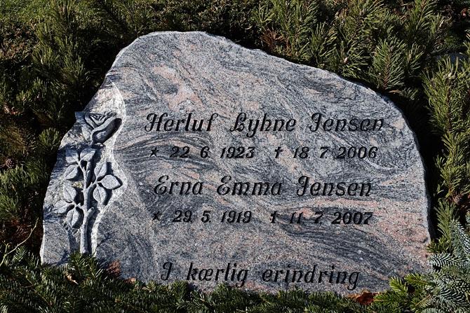 Erna og Herluf er begravet på kirkegården ved Tilsted Kirke. de boede i mange år på Tilstedvej.