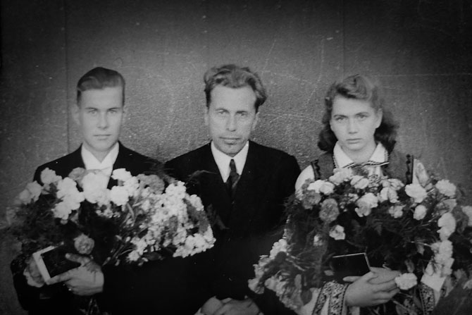 I 1946 blev Laimonis, sammen med en pige der også var flygtet fra Letland, konfirmeret i Køge Kirke. Præsten, i midten, var også fra Letland.